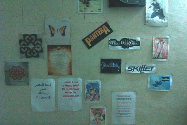 جدار غرفتي، بجوار فراشي.. أشياء كثيرة تكاد لا تترابط!